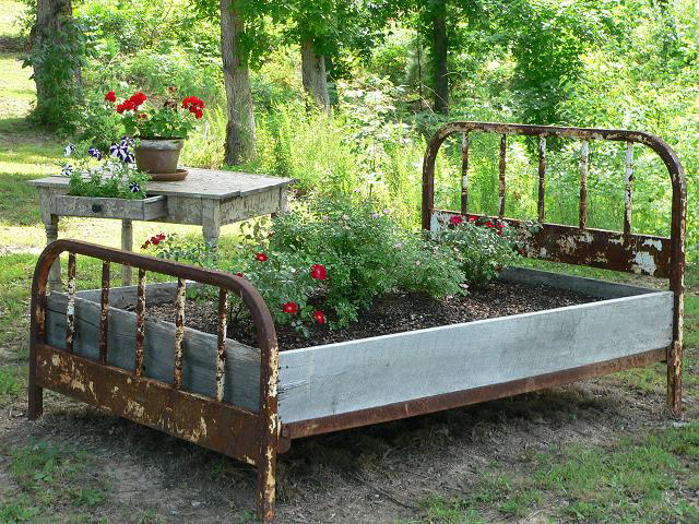Barnwood bricks god 39 s country tennessee interior for Wooden flower bed ideas